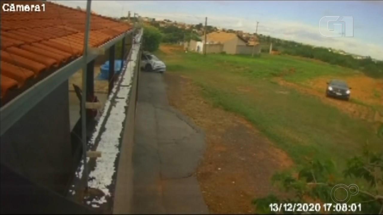 Câmera de segurança flagra ladrão com carro de motorista de aplicativo após latrocínio