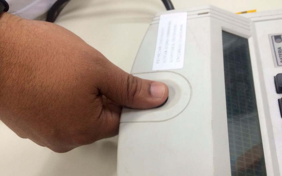 Voto por biometria na sede do TRE, em Salvador (Foto: Dalton Soares/TV Bahia)