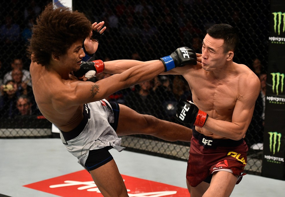Wang Guan golpeia Alex Caceres na sua vitória no card principal do UFC China (Foto: Getty Images)