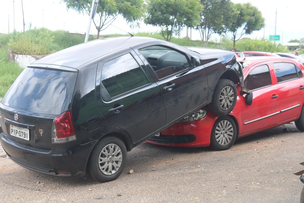 Carro ficou sobre o outro na colisão  (Foto: Lucas Marreiros/G1 PI)