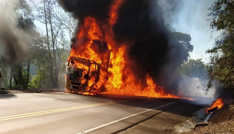 Caminhão pega fogo na BR-153, em Marcelino Ramos; motorista sai ileso, diz PRF