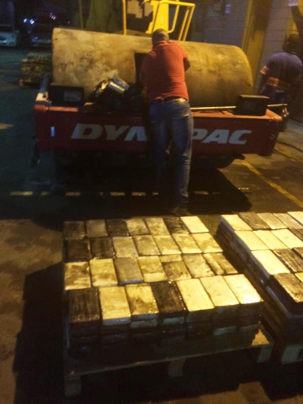 Centenas de tabletes de cocaína foram retirados dos tratores — Foto: Divulgação/Polícia Federal