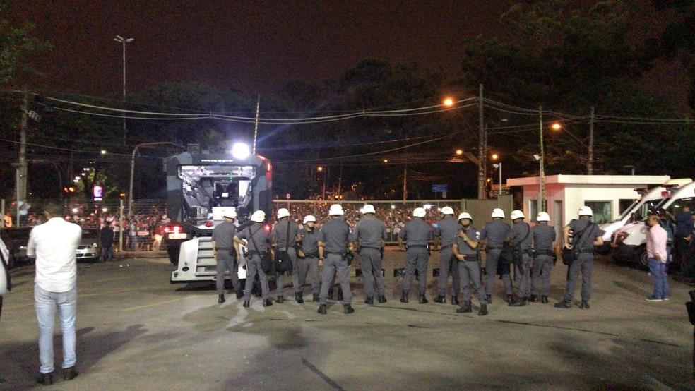 Policiais observam protesto da torcida do São Paulo do lado de fora do Morumbi — Foto: Fabíola Andrade
