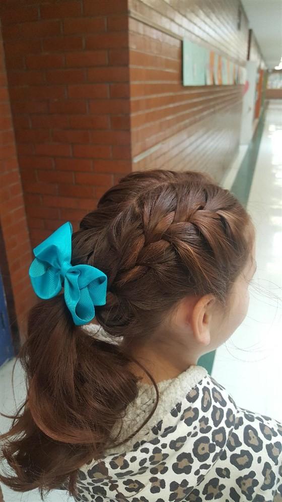 Isabella com seu penteado favorito feito por Tracy (Foto: Reprodução Facebook)
