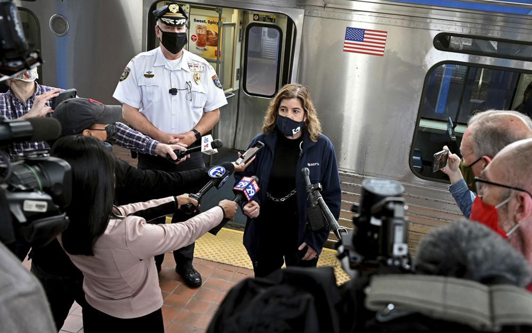 Estupro em metrô na Filadélfia seria evitado se passageiros tivessem usado celular para ajudar, diz polícia