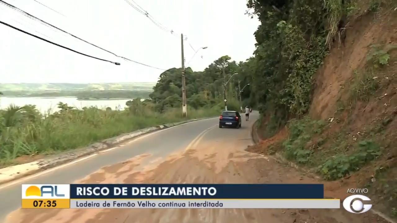 Motoristas e motociclistas ignoram interdição da Ladeira de Fernão Velho, em Maceió
