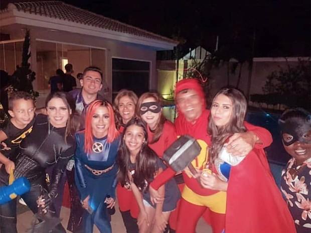 Anitta com amigos e familiares (Foto: Reprodução/Instagram)