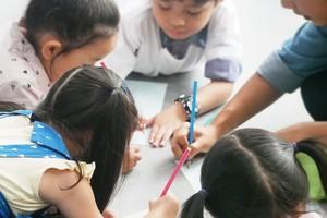 Crianças desenham na escola