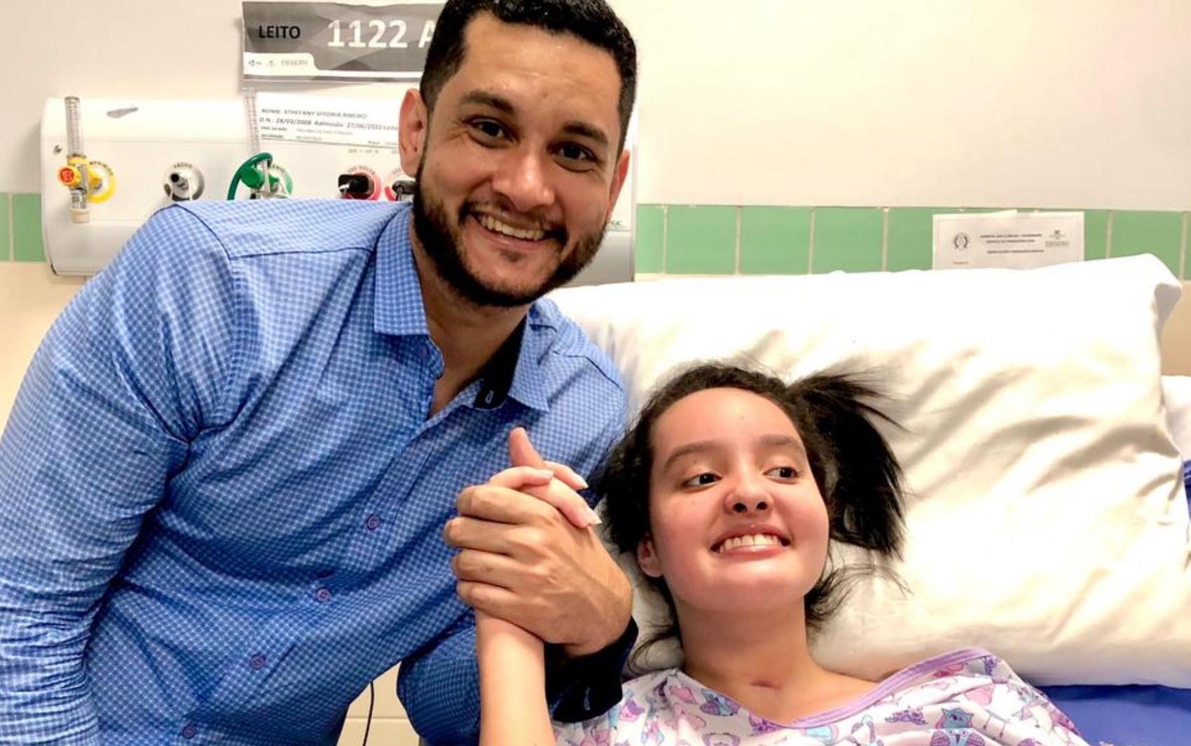 Pai comemora alta da filha de 13 anos que perdeu parte dos movimentos após se engasgar com pedaço de carne: 'Milagre'