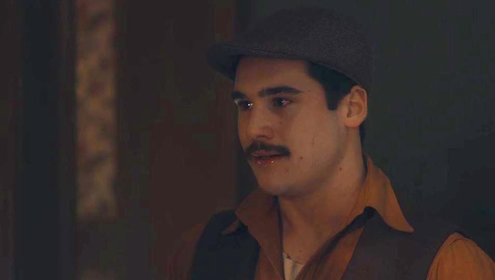 Alfredo (Nicolas Prattes) confronta a própria mãe em 'Éramos Seis' — Foto: Globo