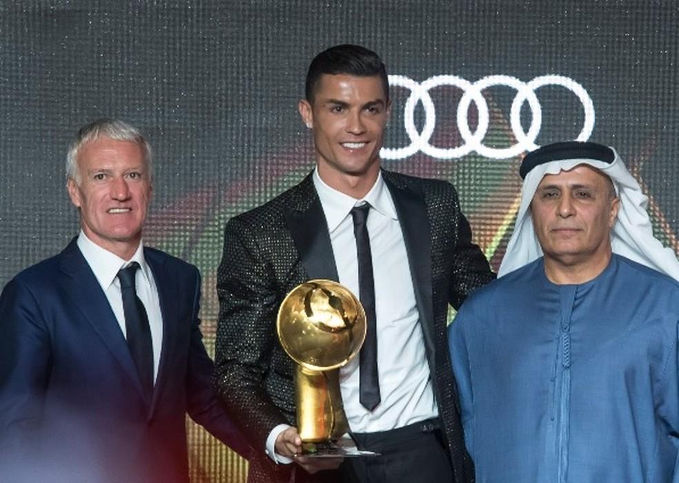 Cristiano Ronaldo com o Globe Soccer Award, ao lado do francês Didier Deschams (à esquerda), eleito o melhor técnico de 2018 — Foto: Divulgação/Globe Soccer Awards