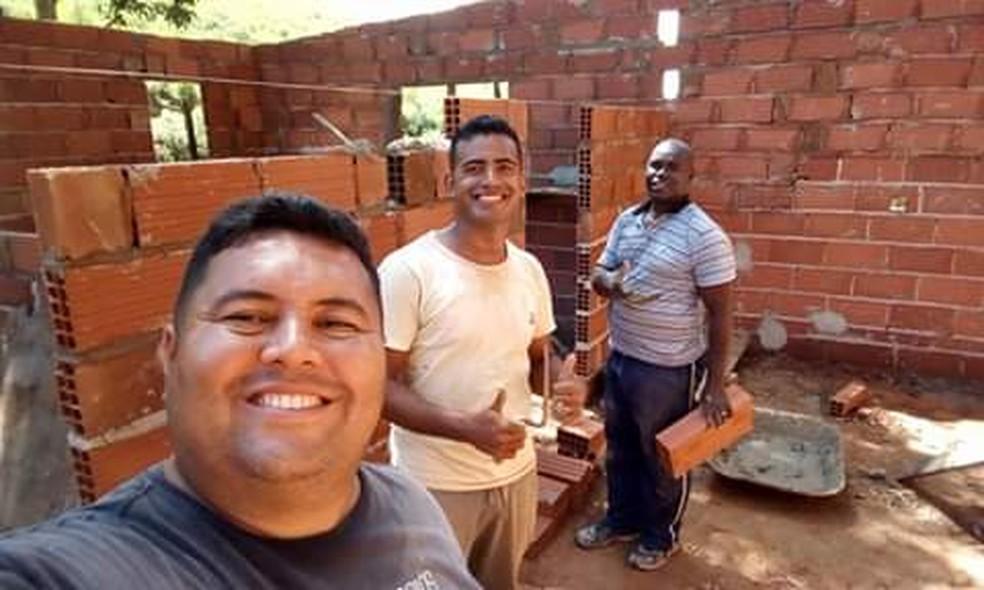 Vítima participava de ação social da igreja de construção de casas, no ES — Foto: Juliano de Oliveira
