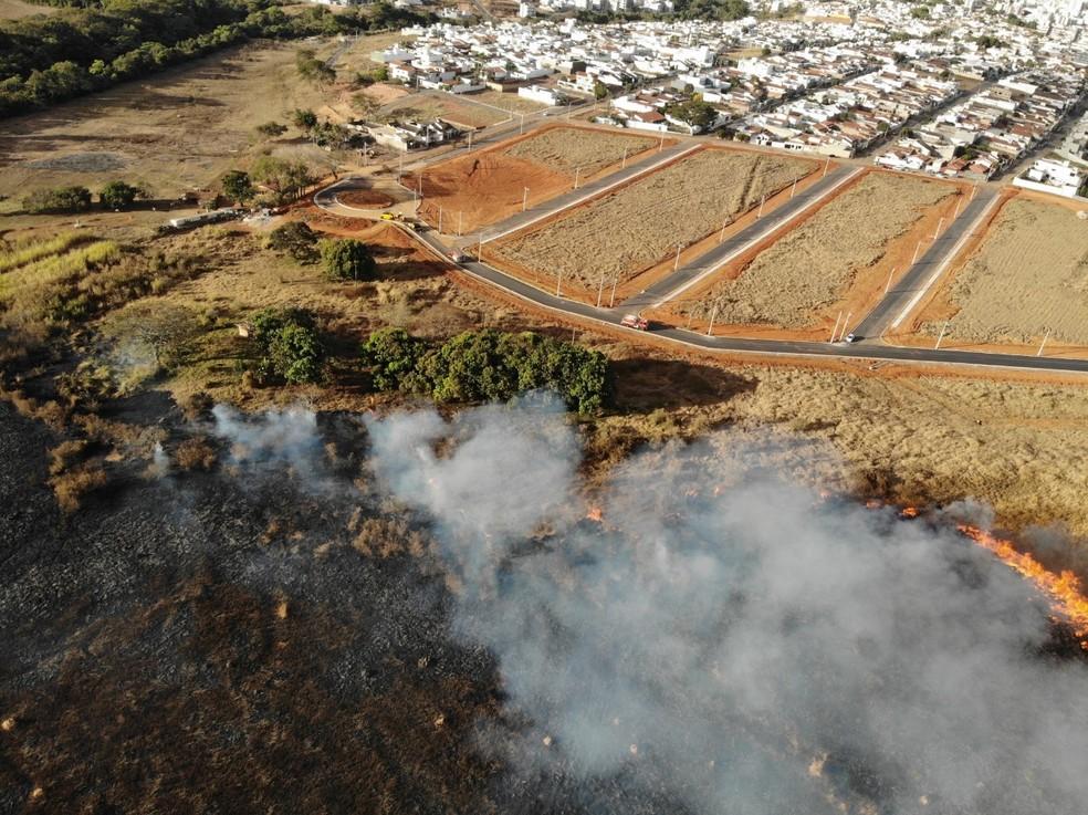 Incêndio registrado próximo ao Bairro Copacabana em Patos de Minas no dia 8 de agosto — Foto: Corpo de Bombeiros/ Divulgação