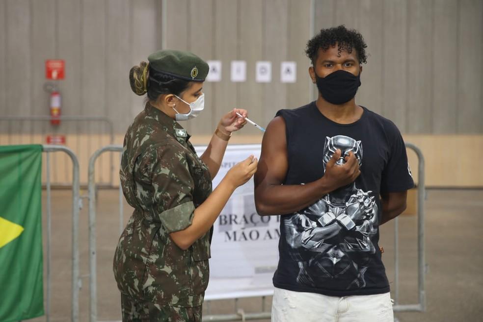 Erik Matheus da Silva, atleta paraolímpico de remo pernambucano, recebe vacina contra Covid em Fortaleza — Foto: Fabiane de Paula/SVM