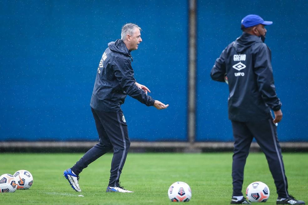 Tiago Nunes pode fazer mudanças em todos os setores do time — Foto: Lucas Uebel / Grêmio FBPA
