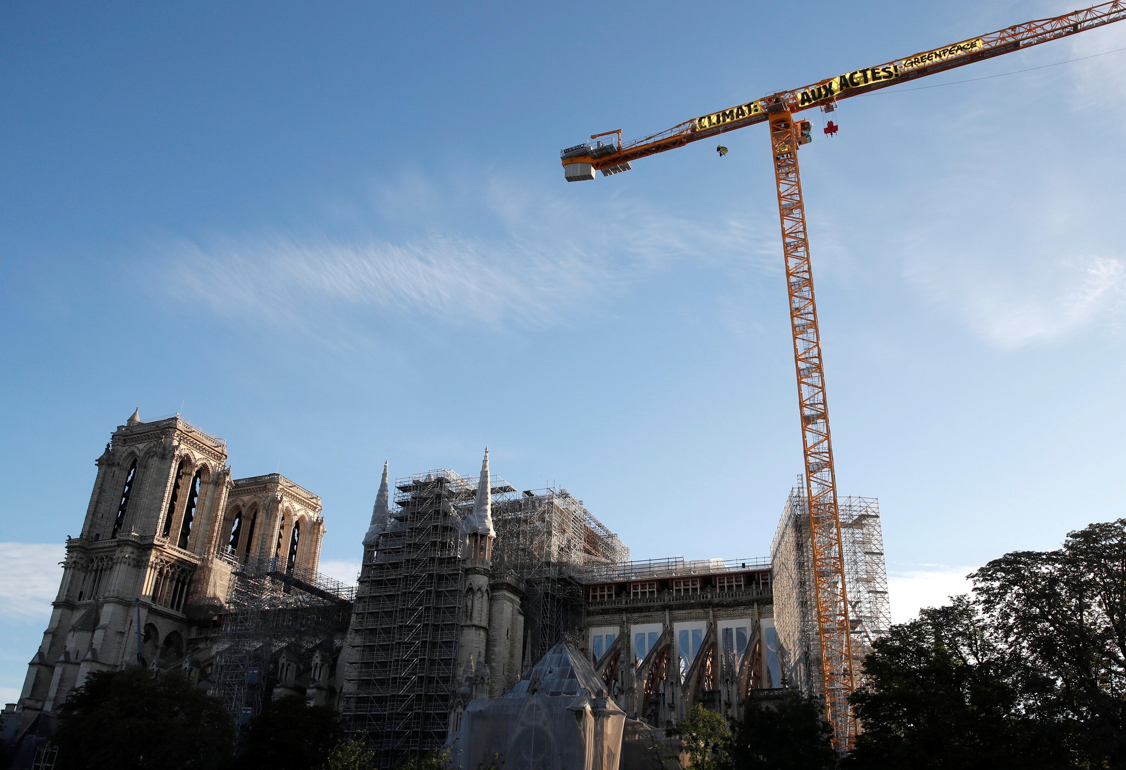 Greenpeace coloca faixa contra o aquecimento global em frente à catedral de Notre Dame, em Paris