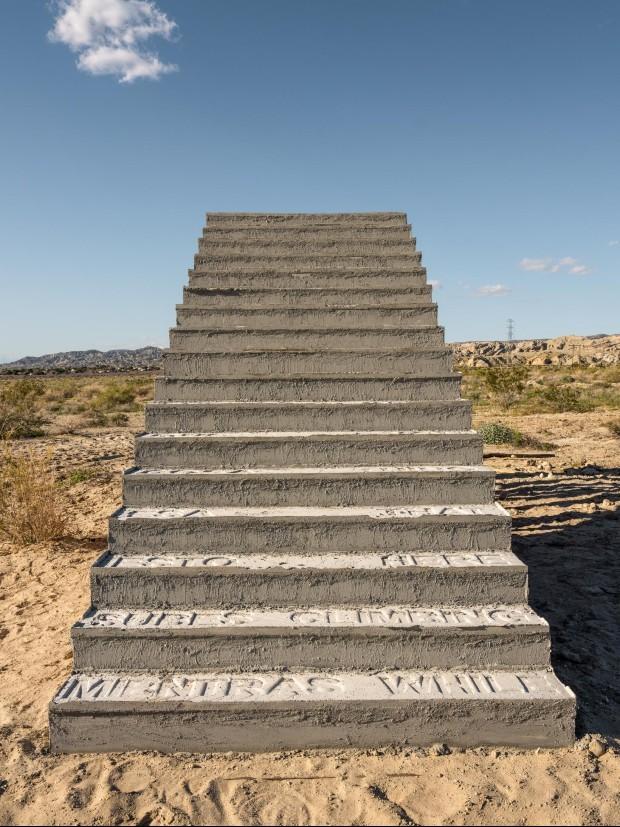 Iván Argote, A Point of View - escada que convida os visitantes subirem para descobrir a mensagem em casa degrau e para ver o Mar Salton. (Foto: Divulgação)