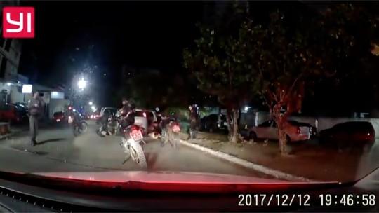 Em noite de crimes em Natal, taxista é trancado na mala e homem com bíblia na mão faz arrastão em ônibus
