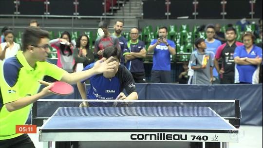 Como assim? Conheça o torneio de tênis de mesa que tem atletas de 80 anos, sushi e até karaokê