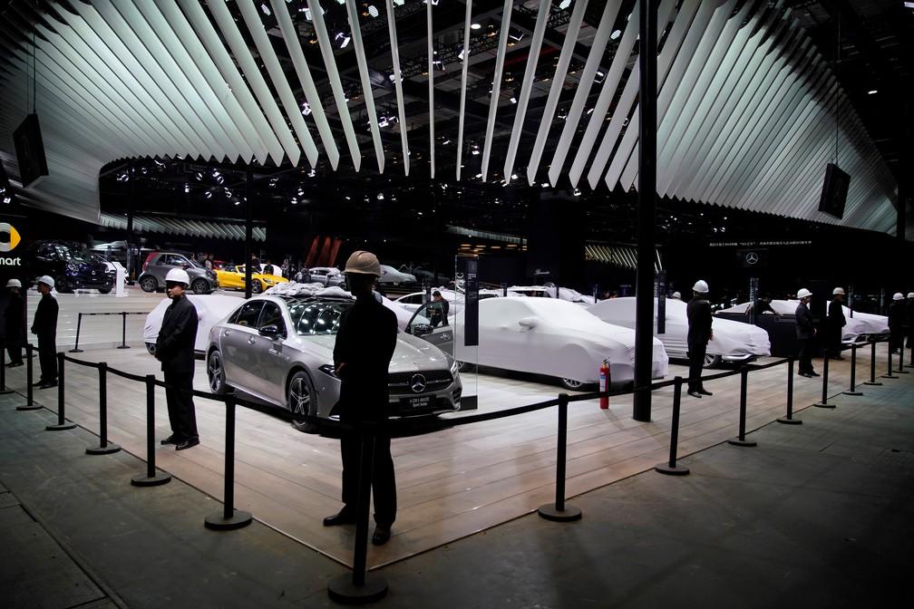 Salão de Xangai: estande da Mercedes-Benz com carros ainda cobertos — Foto: Aly Song/Reuters