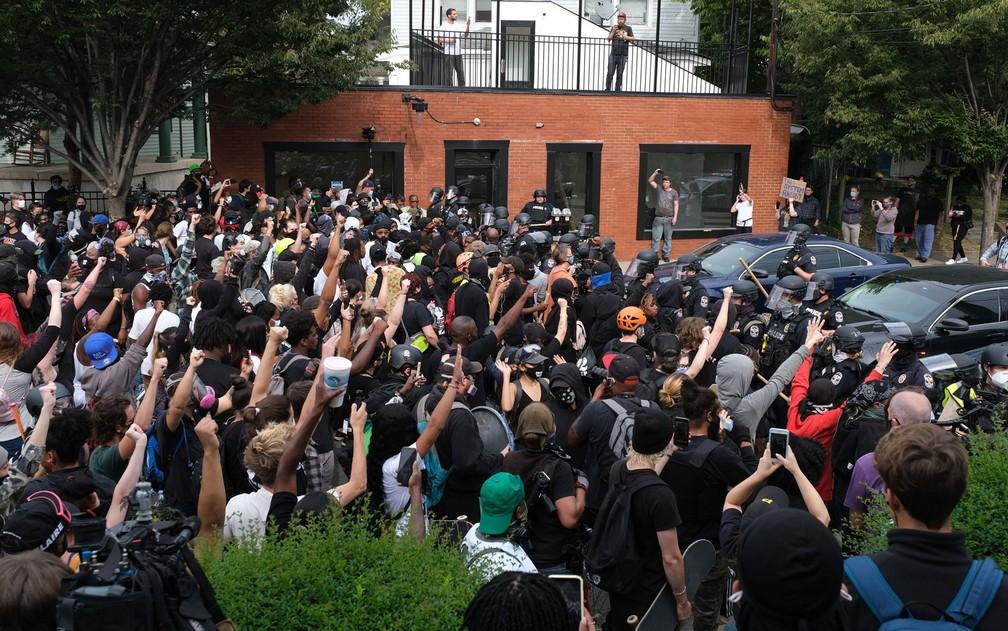 Manifestantes marcham em Louisville, Kentucky, após anúncio de acusação sobre o caso de Breonna Taylor, na quarta-feira (23) — Foto: Jeff Dean/AFP