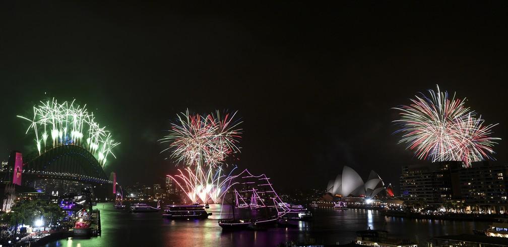 Imagens da famosa Harbour Bridge durante a virada de ano em Sidney, na Austrália — Foto: Dean Lewins/AAP Images via AP