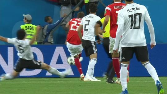 De aposentado a titular da Rússia, zagueiro revela preocupação com Suárez e Cavani