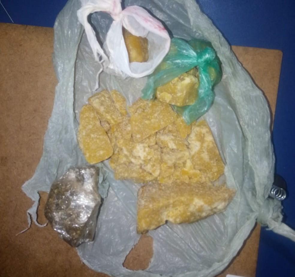 Droga foi encontrada em uma bolsa feminina — Foto: Polícia Militar/Divulgação
