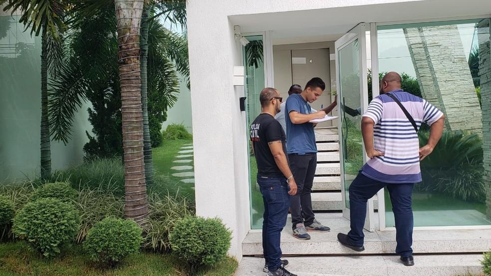 Funcionário recebe intimação policial para cantor Eduardo Costa — Foto: Raquel Freitas/G1