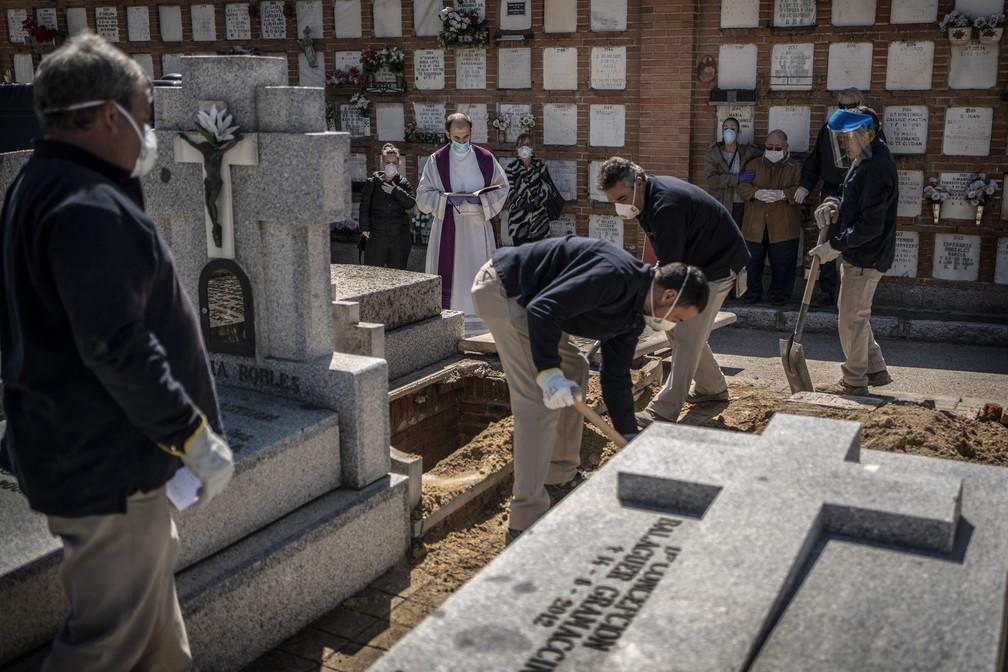 Vítima de Covid-19 é enterrada em cemitério de Madri. Espanha atingiu o pico de mortes pela doença — Foto: Olmo Calvo/AP Photo