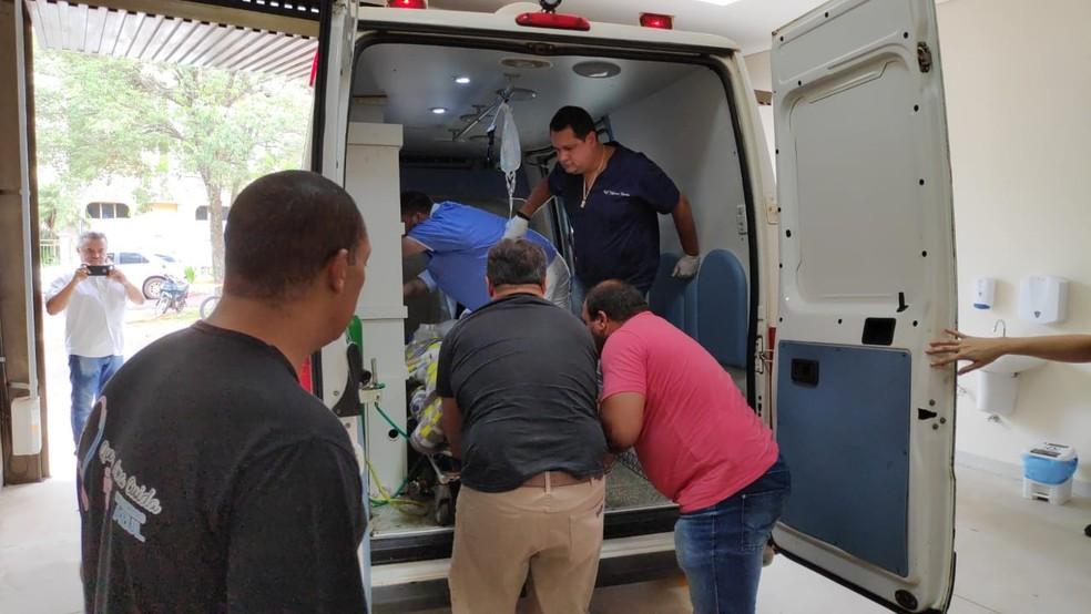Momento do atendimento do ex-prefeito de Amambai em hospital de Dourados (MS) — Foto: Adilson Domingues
