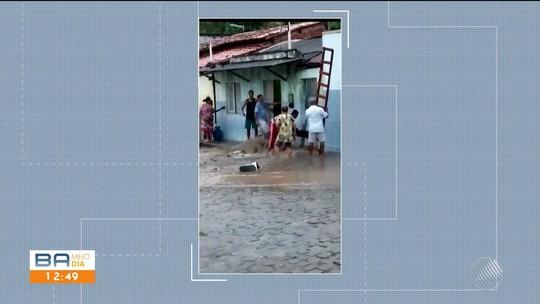 Vizinhos arrombam casa invadida por água de chuva e resgatam casal de idosos na Bahia; VÍDEO