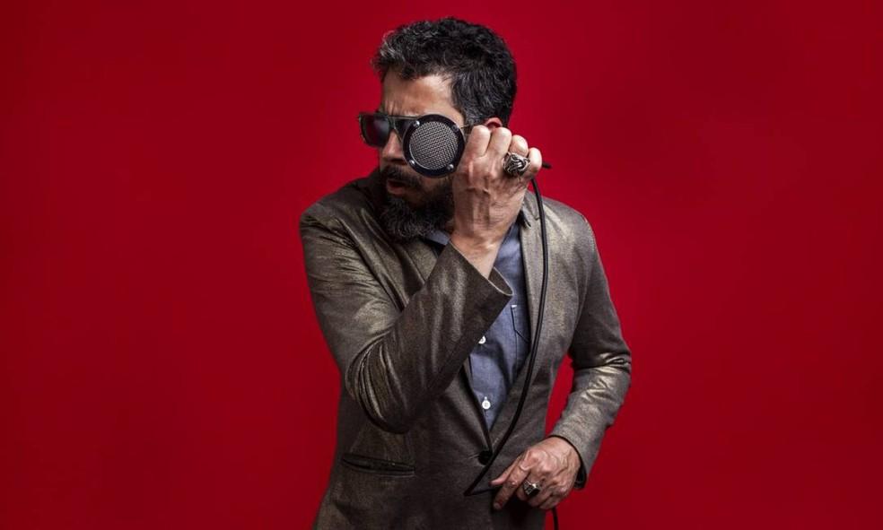 Jorge Du Peixe canta músicas como 'Assum preto' e 'Orélia' no primeiro álbum solo, 'Baião granfino' — Foto: José de Holanda / Divulgação