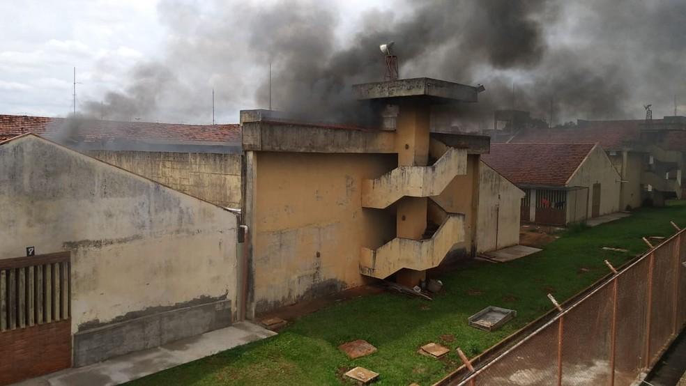 Rebelião mobiliza policiais na Penitenciária Estadual de Maringá (PEM) — Foto: PM-PR/Divulgação