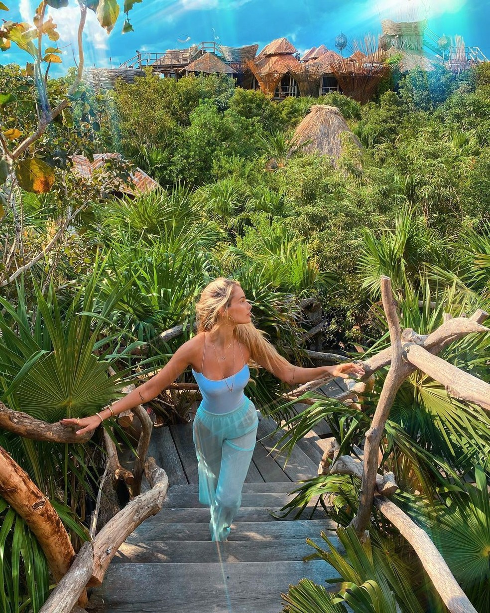 Yasmin Brunet combina o look com o azul do paraíso  — Foto: Reprodução/Instagram