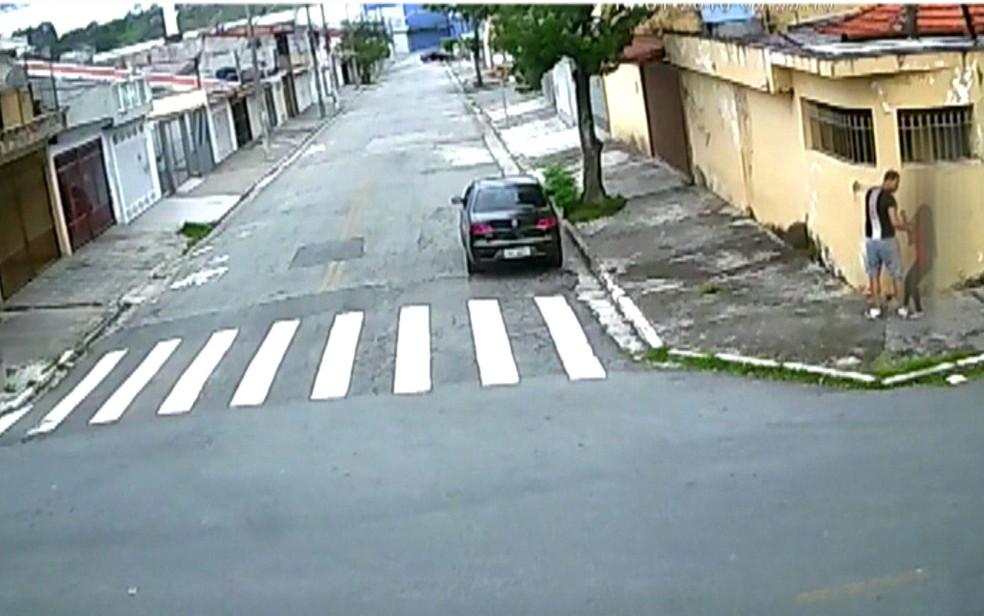 Vídeo que circula nas redes sociais mostra homem abordando mulher e levando-a para o carro (Foto: Reprodução/TV Globo)