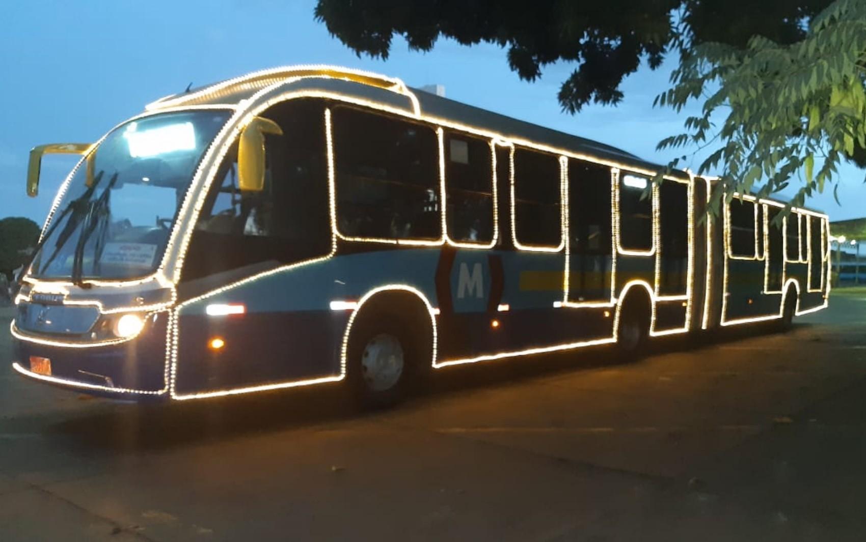 Ônibus do Eixo Anhanguera ganha decoração especial de Natal, em Goiânia