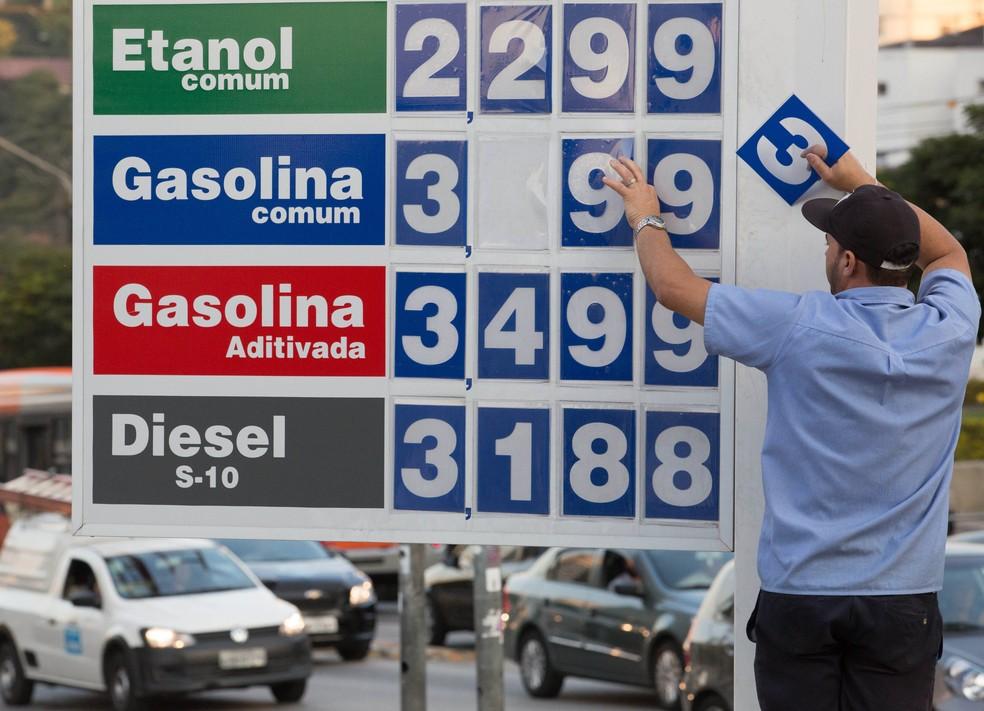Funcionario faz troca de valores de combustivel na zona oeste de São Paulo (Foto: Marcelo D. Sants/FramePhoto/Estadão Conteúdo)