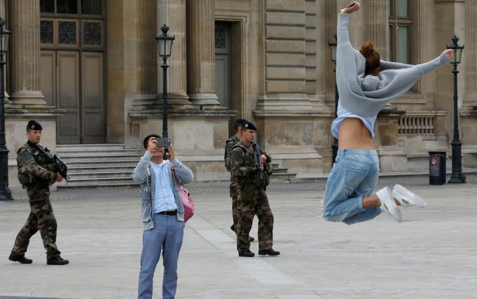 Imagem de 2016 mostra turistas tirando fotos perto do museu do Louvre, em Paris, na França — Foto: Philippe Wojazer/Reuters