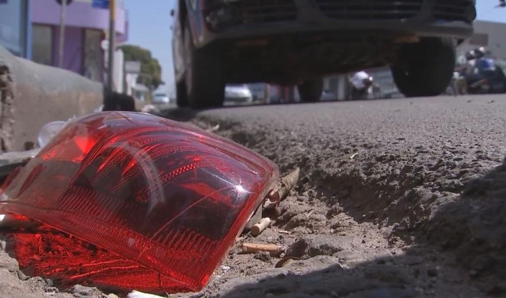 Pedaços do veículo ainda estavam no local do atropelamento  (Foto: Reprodução / TV TEM )