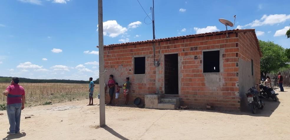Vítimas foram executadas dentro de residência durante a madrugada.  — Foto: Leabem Monteiro/SVM