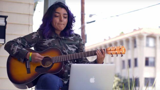 Para ajudar mais gente a aprender a tocar guitarra (e depois comprar outras), a Fender lançou o 'Fender Play' no ano passado (Foto: BBC/FENDER)