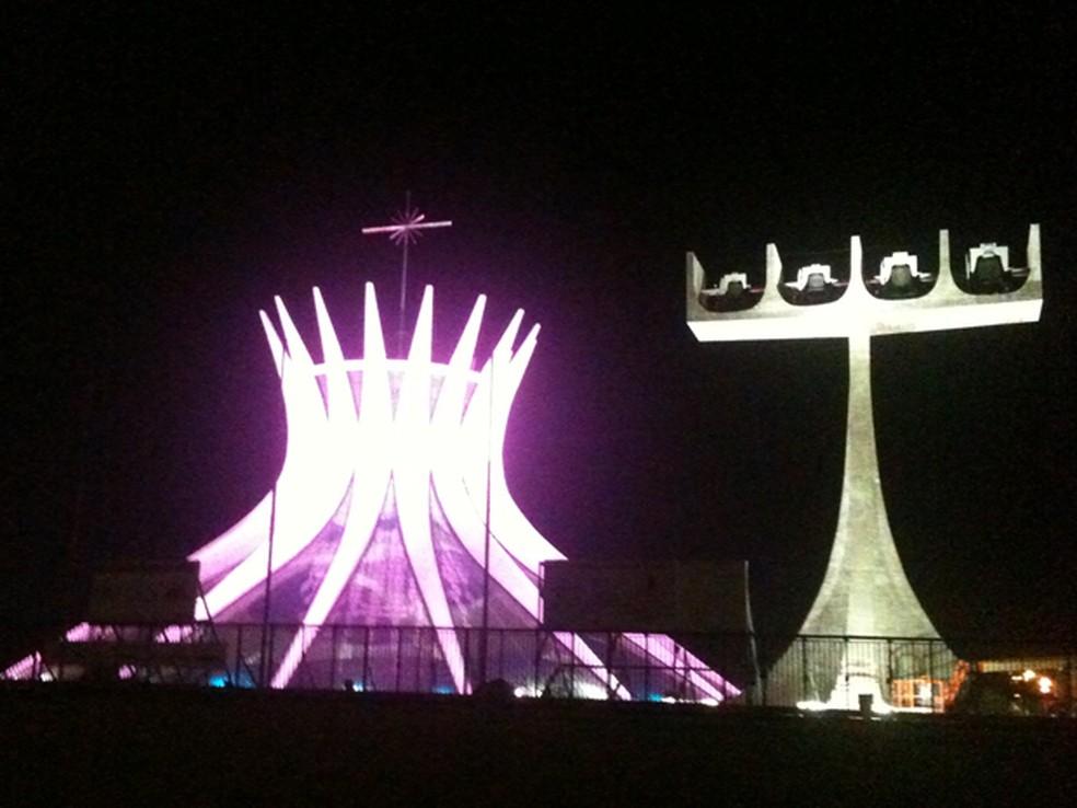 """Catedral Metropolitana de Brasília ganhou iluminação rosa como parte da campanha """"Outubro Rosa"""", lançada nesta segunda-feira (1º) pelo governo do Distrito Federal (GDF). — Foto: Raquel Oliveira/ G1"""