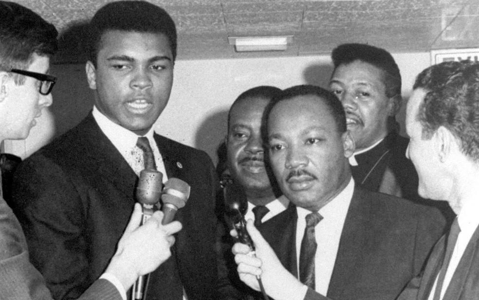 O boxeador Muhammad Ali e o pastor Martin Luther King em foto de 29 de março de 1967 — Foto: Arquivo/AP