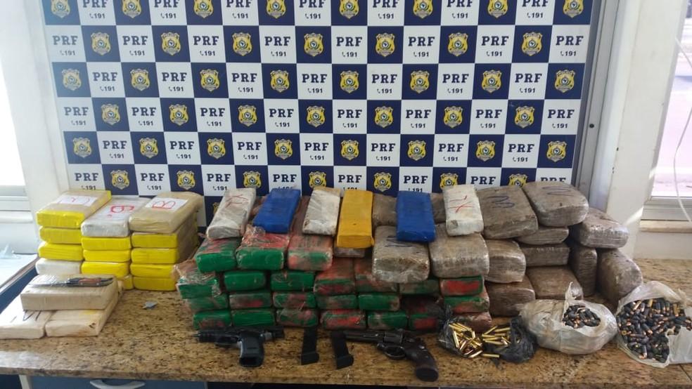 Drogas e armas foram apreendidas com dois homens com 80 kg de drogas e armas da polícia argentina (Foto: Polícia Militar/ Divulgação)