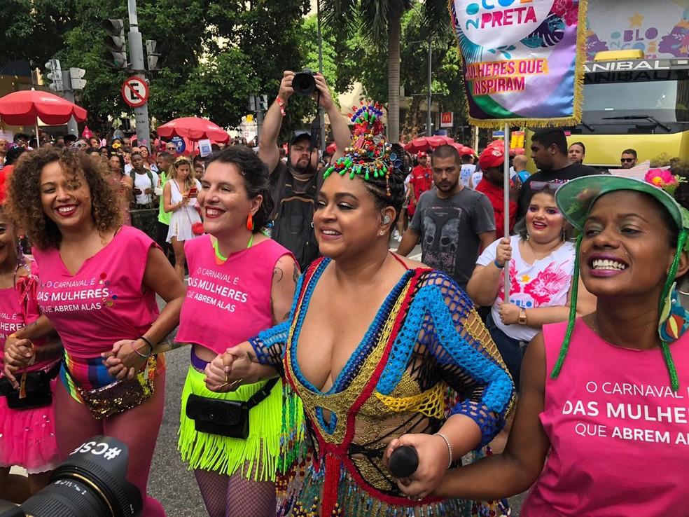 Preta Gil abre o desfile do Bloco da Preta desfilando no chão, ao lado do público — Foto: Carlos Brito / G1