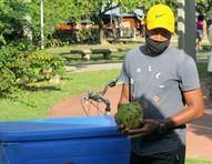 Ex-BBB Luan Patrício vende água de coco na Lagoa