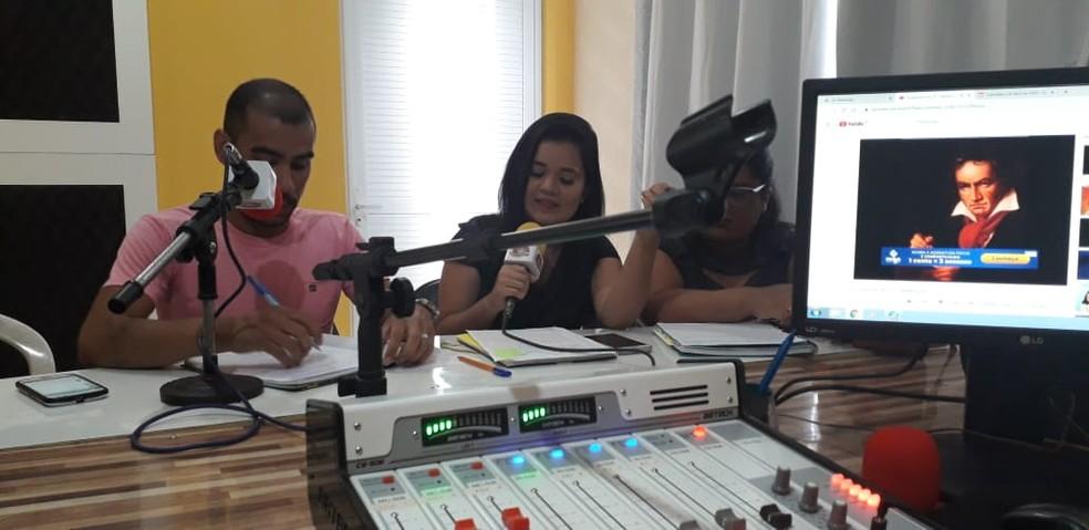Escola proporciona aulas através de rádio para estudantes sem ...
