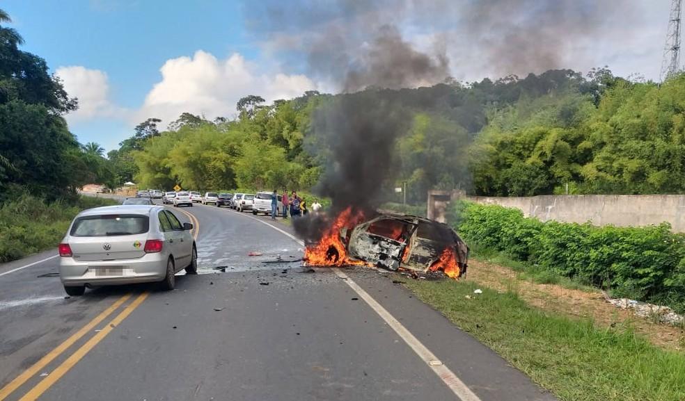 Carro pegou fogo após bater em outro veículo na estrada da Cascalheira, em Camaçari — Foto: Polícia Rodoviária Estadual