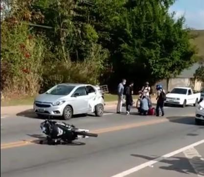Motociclista fica ferido após se envolver em batida com carro na RJ-145, em Valença